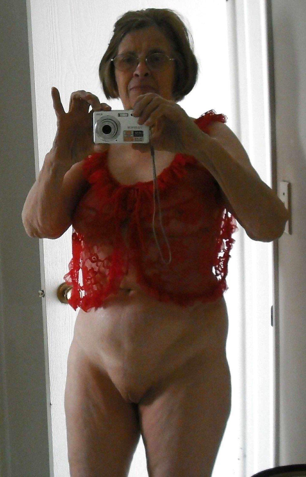 Бабки тоже любят секса, они с особым рвением засветила свои старые вагины перед камерой