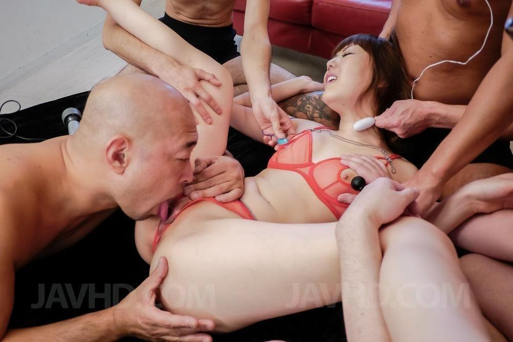 После роскошной групповухи японочка наслаждается мужской кончой