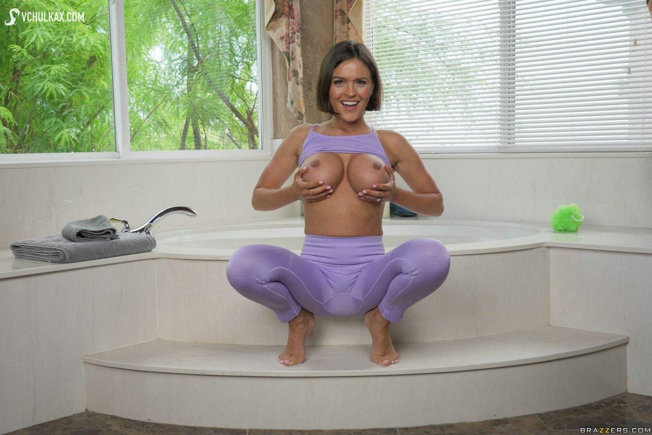 Раздетая матюрка с небритой пилоткой раком в ванне