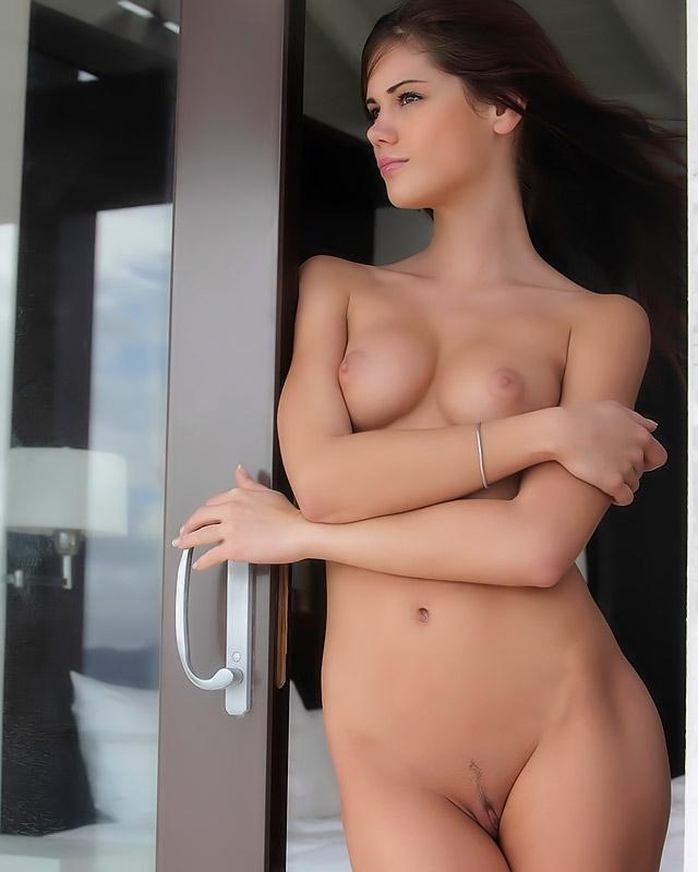 Симпатичная грешница показывает голые буфера в номерах