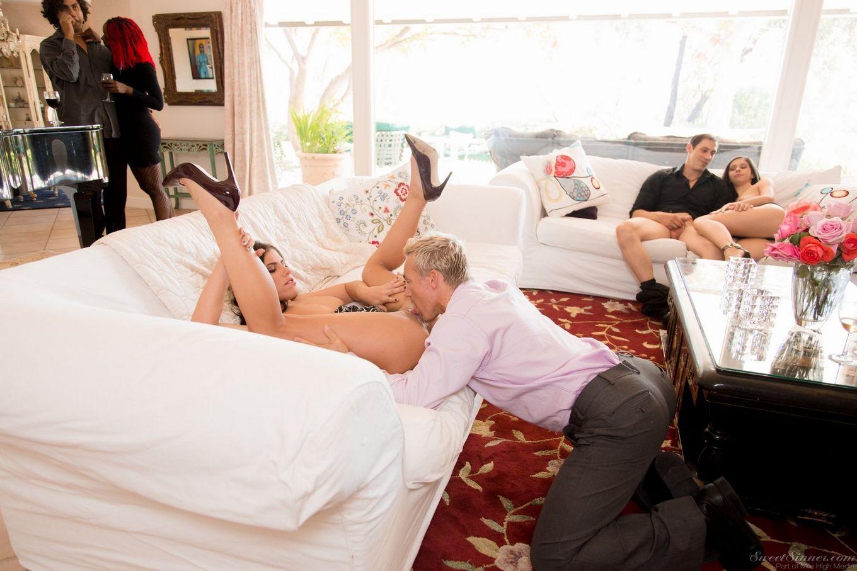 Пары свингеров наблюдают за трахом смелых парня и чики в просторной гостиной