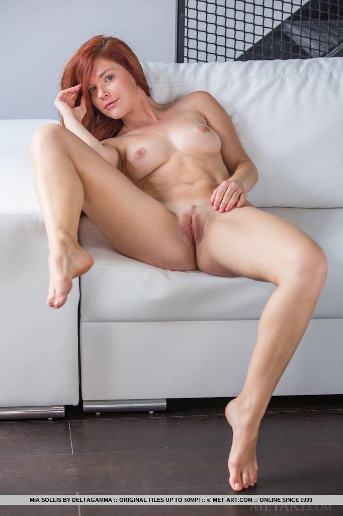 Рыжеволосая бестия показывает свое шикарное тело – ей есть чем похвастаться, ведь она идеальна