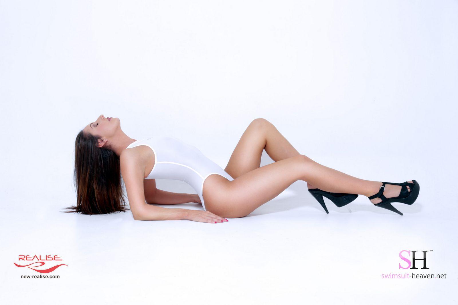 На этих красотках слитные купальники смотрятся безумно сексуально – их идеальные фигуры выглядят эффектно