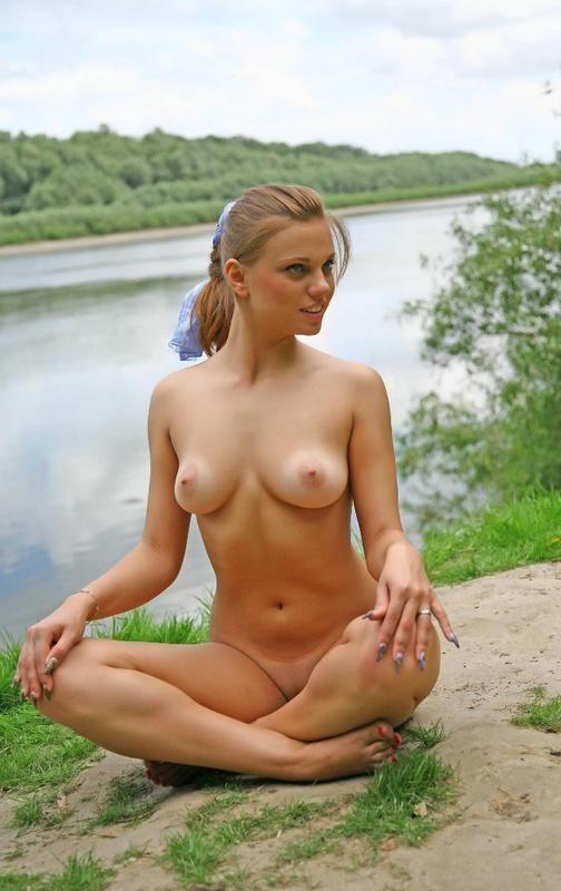 Симпатичная девка фотографируется без трусов на фоне природных пейзажей
