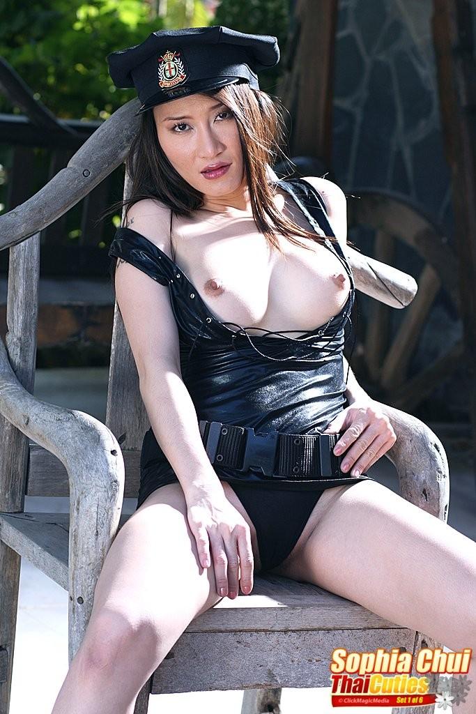 Китаянка София в полицейской униформе