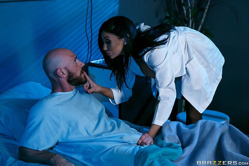 Больной трахнул свою супругу и лечащую медичку по очереди в больничной палате прямо на кроватке