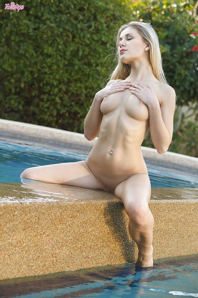Эро-модель Дарина Литвинова фоткается нагишом у бассейна