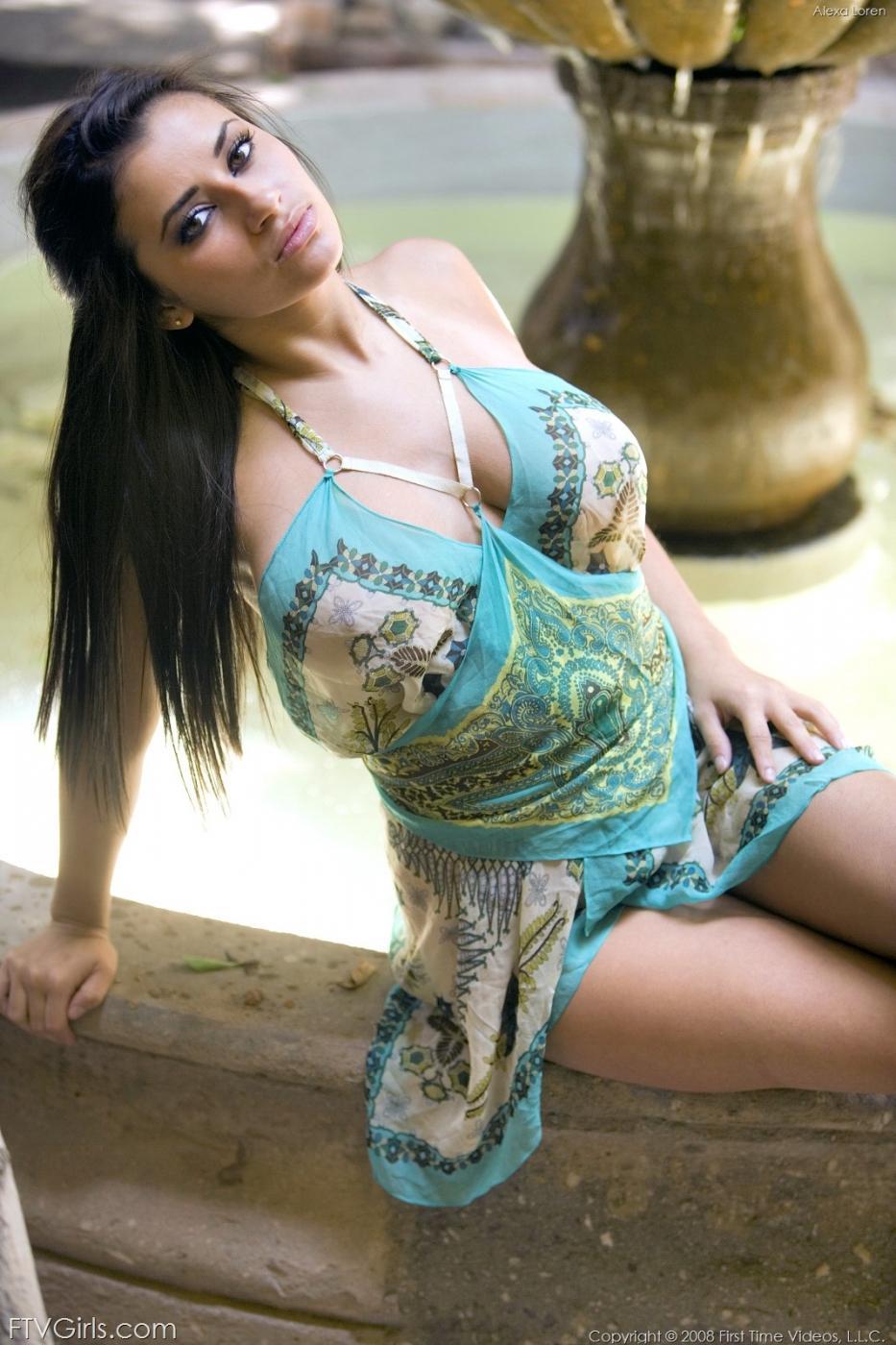 Прекрасная длинноволосая мулатка Alexa Loren в роскошном платье выставила свои крупные забавные шары