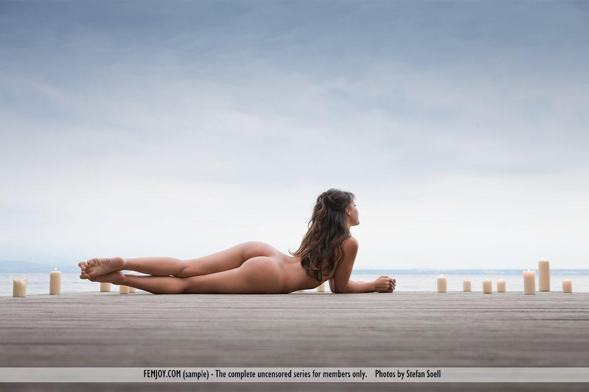 Похотливая мулатка Lorena B фоткается абсолютно раздетой
