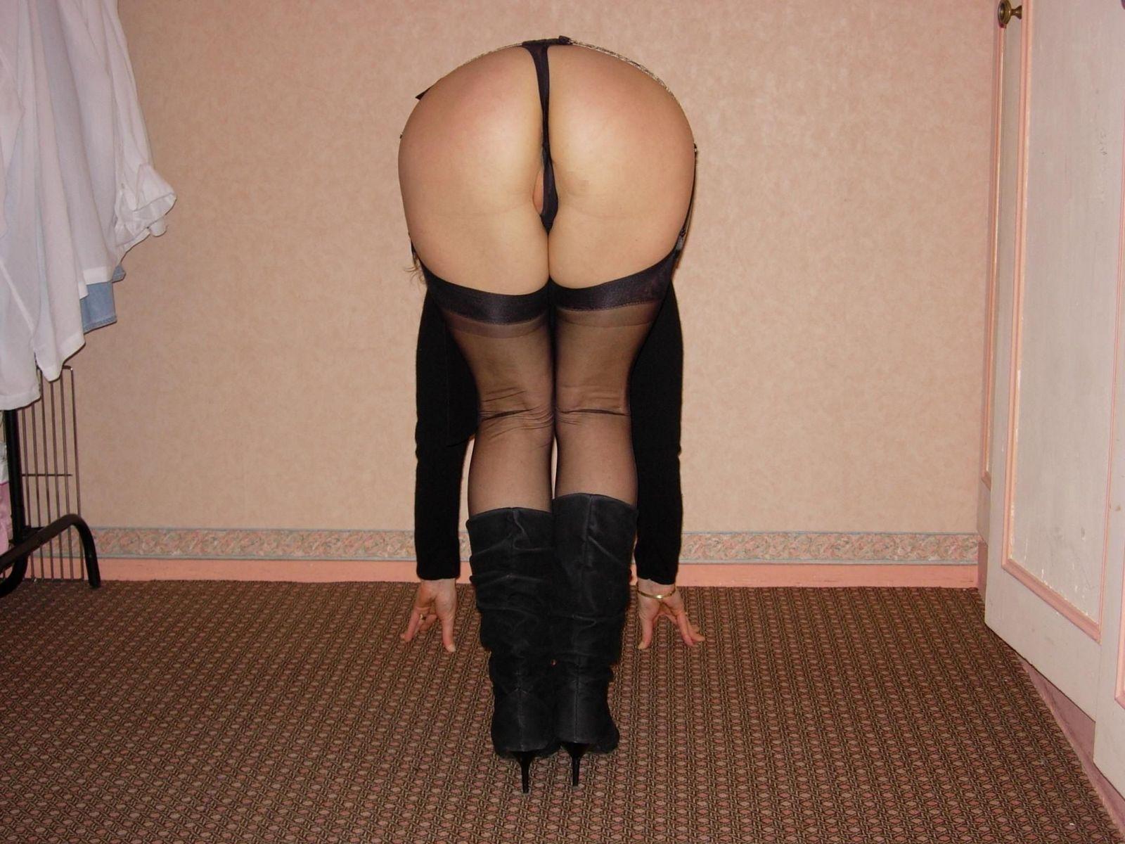 Умелая женщина обнажает свои умения владеть оральным мастерством на практике перед камерой