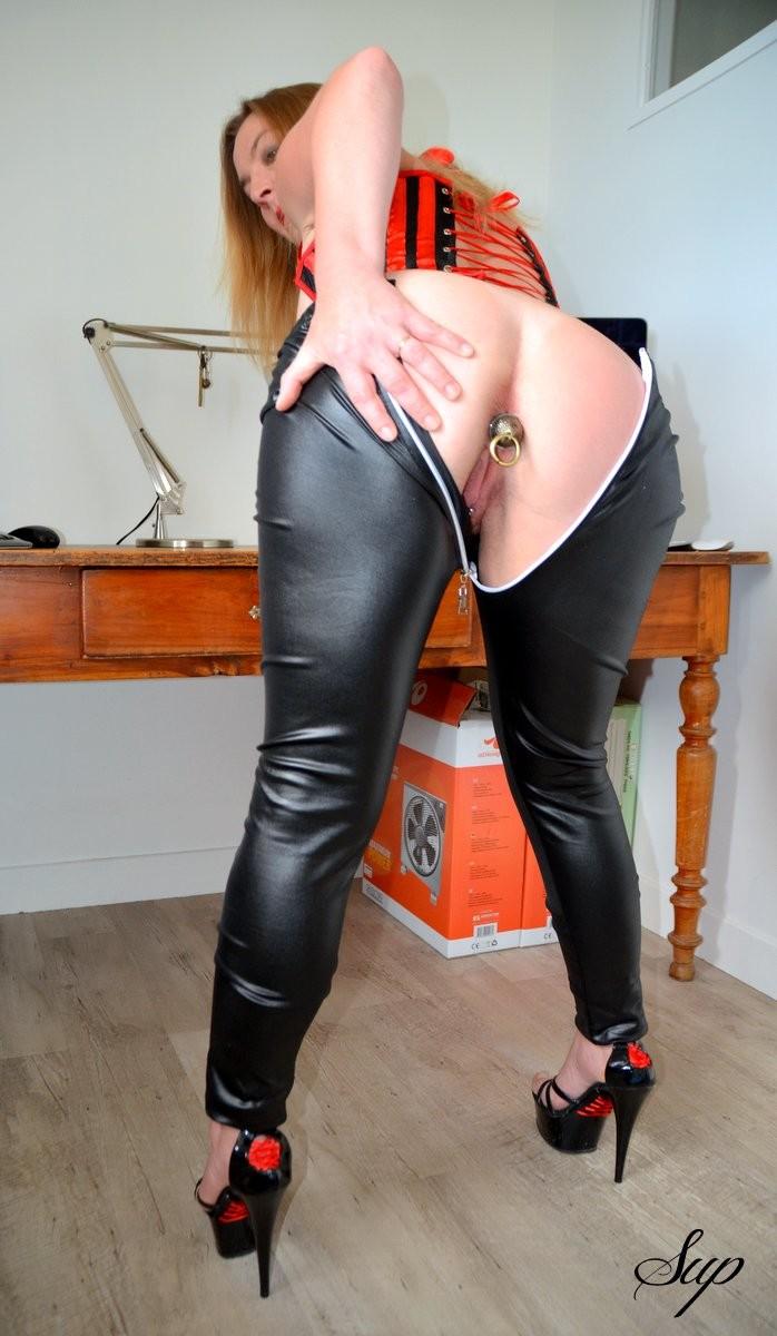 Умелая толстозадая француженка носит анальную пробку