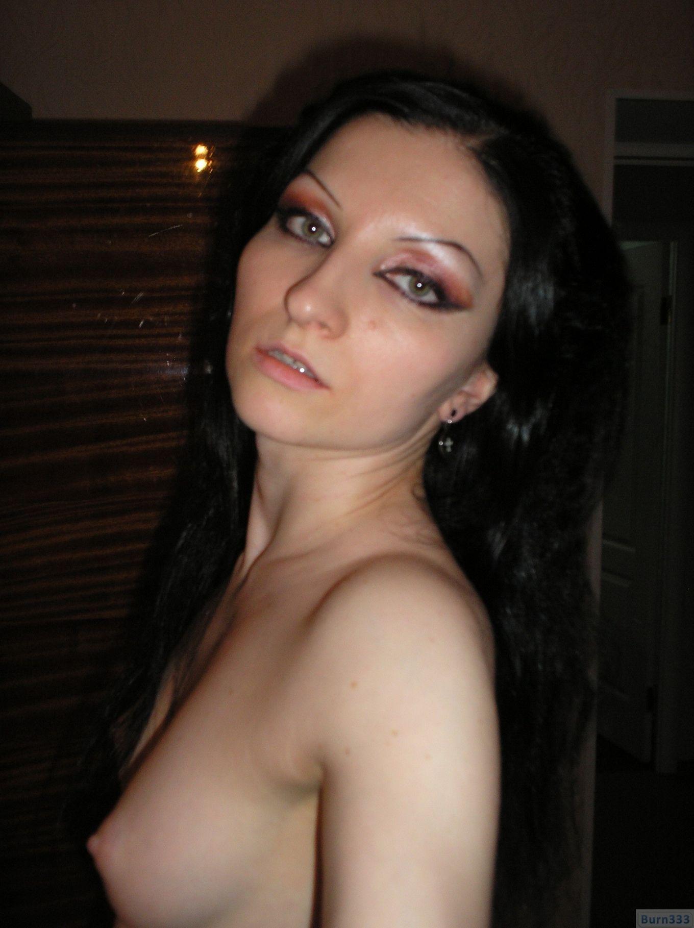 Деваха соглашается на домашнюю эротическую фотосессию, в которой она постепенно снимает лифчик