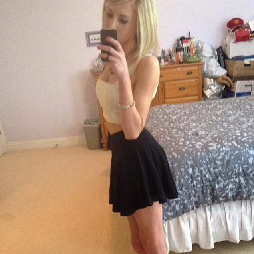 Похотливая, худая блондинка фоткает себя в зеркало