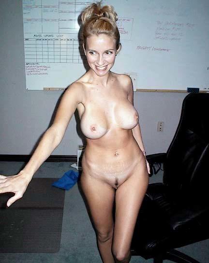 Страстная медсестра снимает с себя медицинский костюм и обнажает силиконовую грудь
