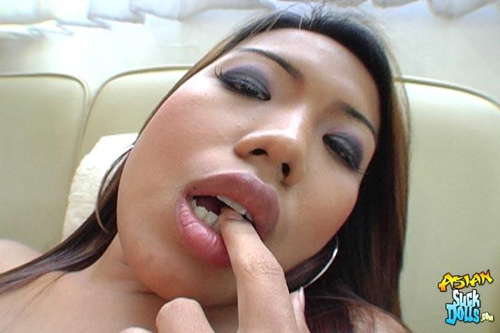 После крутого совокупления парень спустил тепленькую сперму в рот китаянки