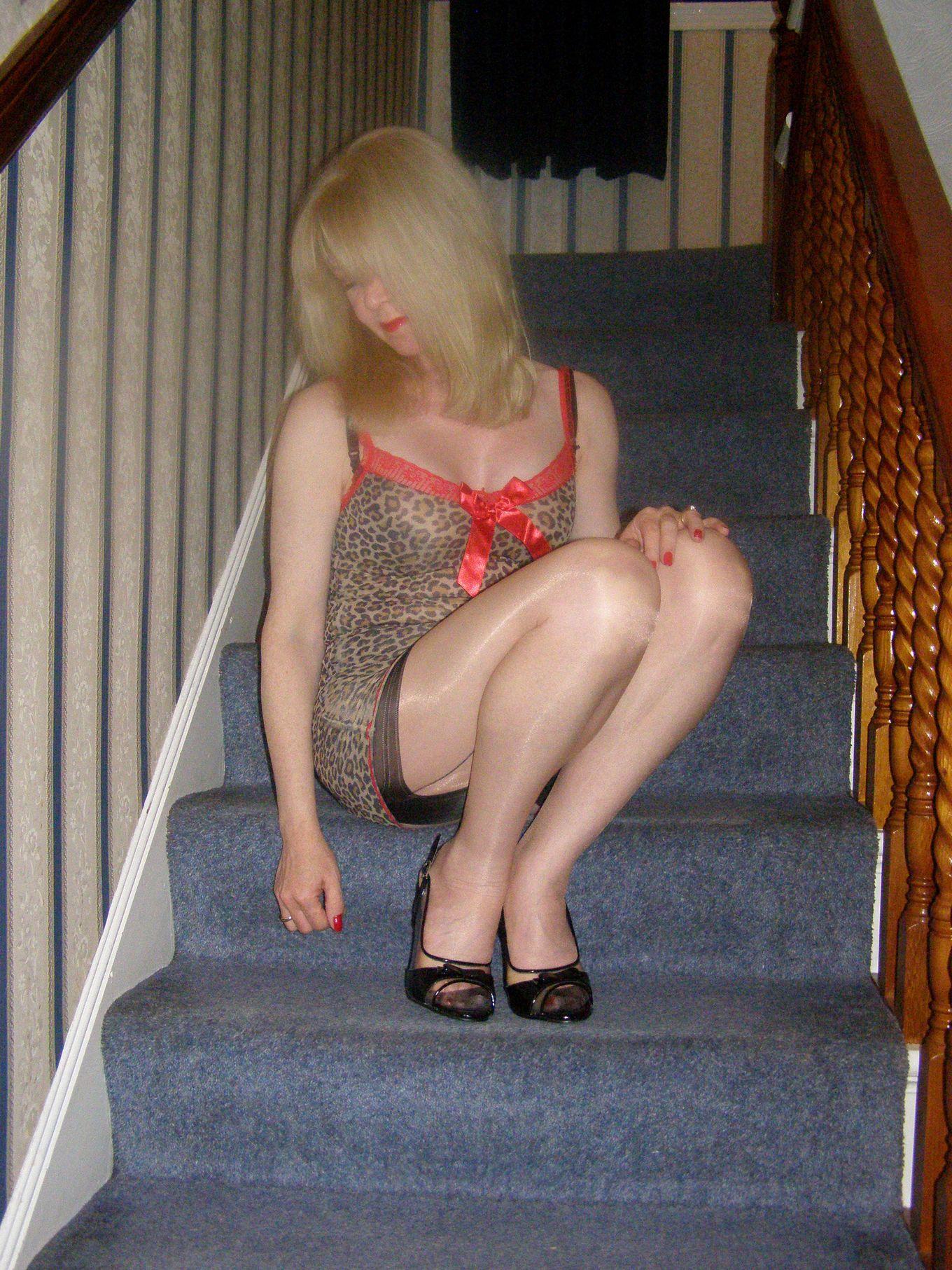 Сексуальные ножки взрослой блондинки