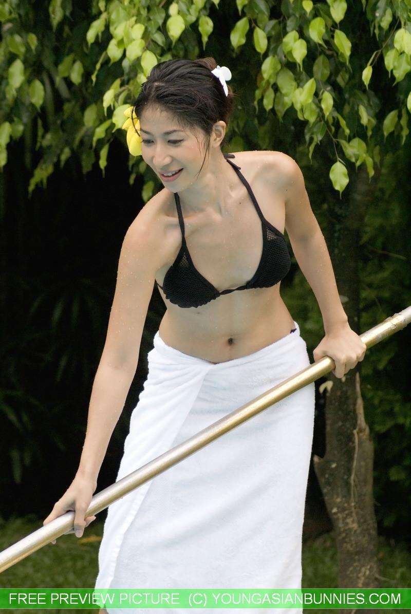 Японка с небольшими дойками медленно стягивает с себя черный лифчик