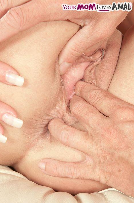 Великолепная умелая мамашка Jenny Hamilton берет в рот яйца и трахается в шикарный вареник