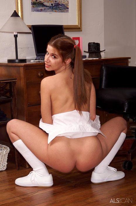 Сучка с косичками жаждет чпокаться прямо в кабинете и под рукой всегда дилдо для отличной мастурбации
