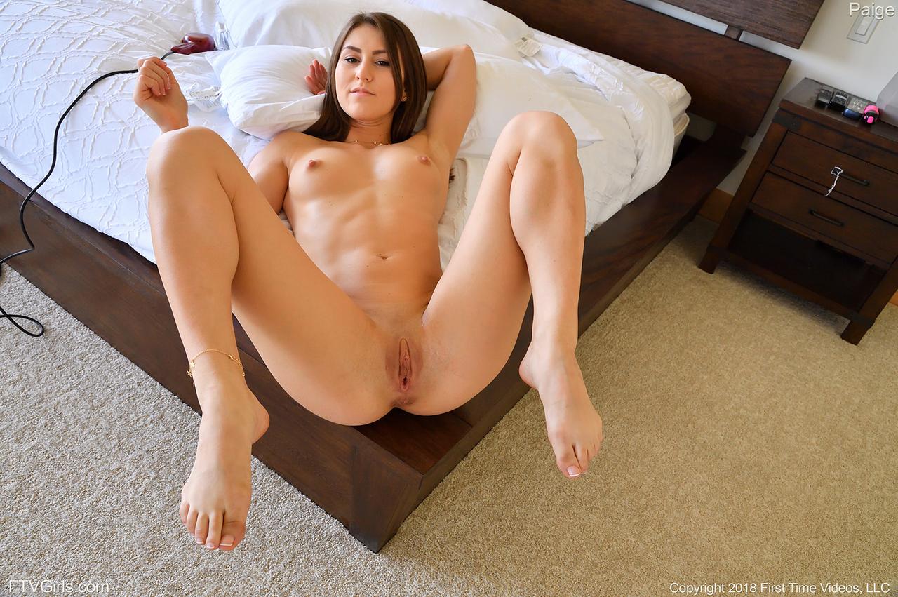 Непослушная красоточка Пейдж в возбуждающие соло игры и Фистинг действий в спальне