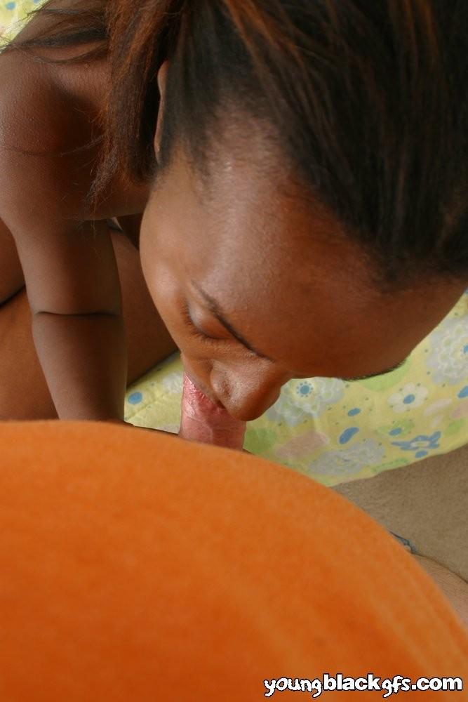 Негритянка заглатывает мелкий писюн светлого человека