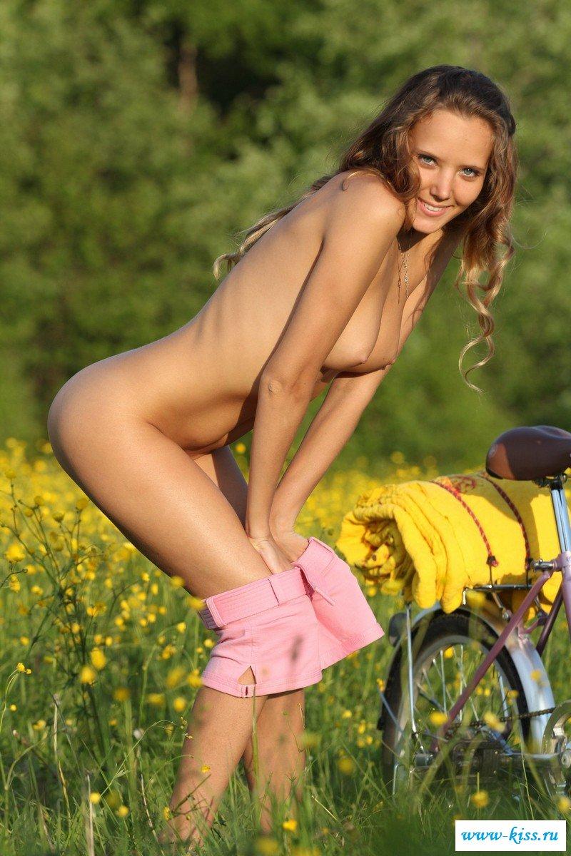 Велосипедистка без стрингов в короткой юбке