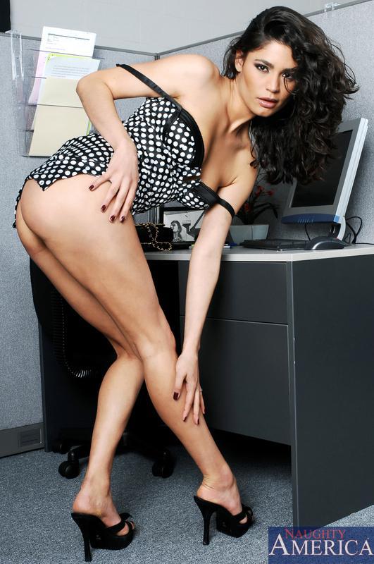 Возбужденная и подтянутая латина в платье в горошек и бикини Paola Rey дает выебать свою чистую пилотку