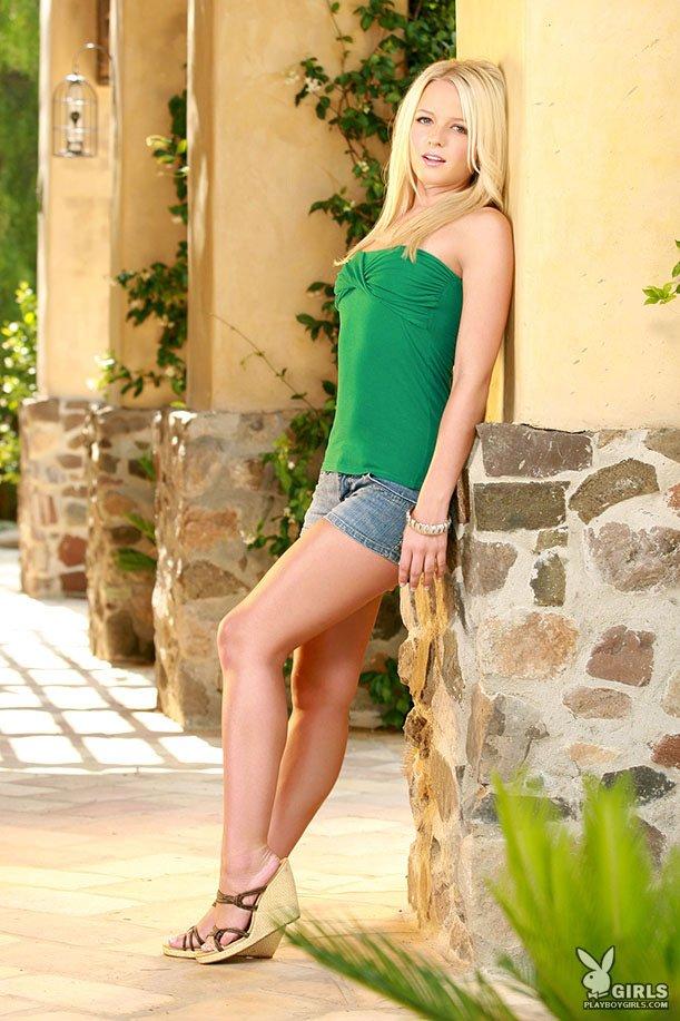 Светловолосая милашка с милой крохотной жопой Misty Rhodes снимает одежду до гола на свежем воздухе