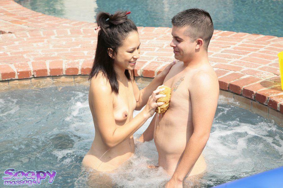 Японочки желают заниматься интимом и Kayme Kai занимается им на свежем воздухе, в солнечный день