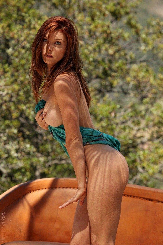 Красоточка с округлыми грудками Heather Vandeven в ботинках стаскивает свое платье и танго на людях