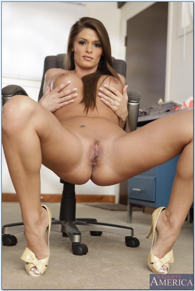 Офисная работница обнажилась в кабинете
