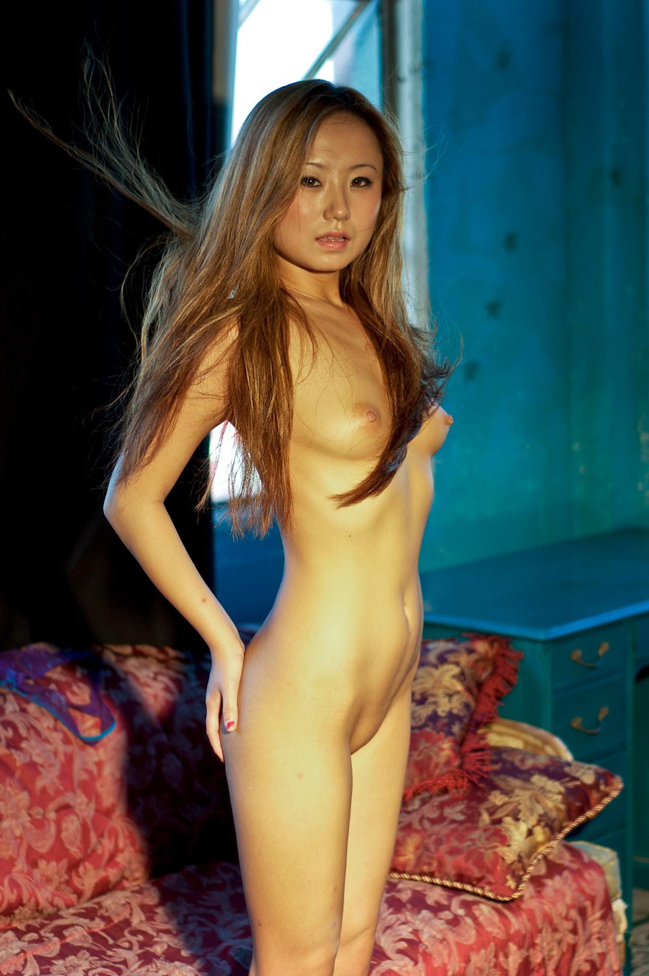 Азиатка Мишель сбросила белье лилового цвета