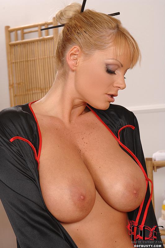 Чувственная светлая массажистка без трусиков Sheila Grant дала отъебать свои массивные буфера