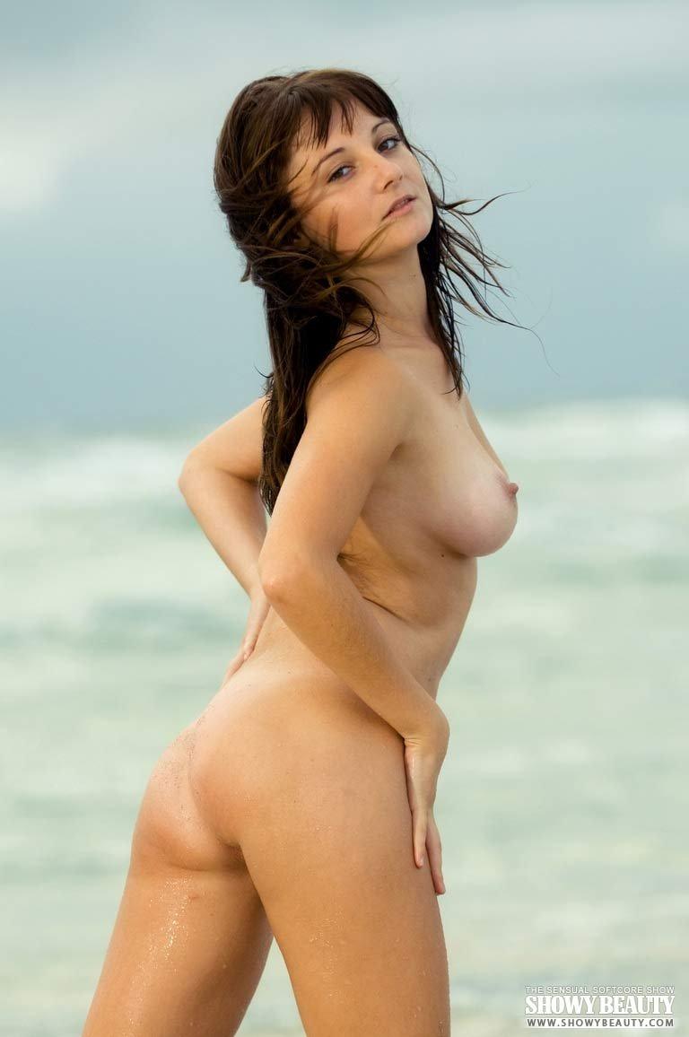 Загорелая деваха на берегу моря