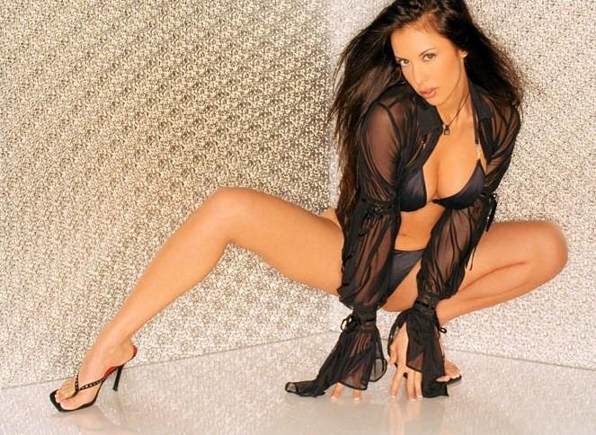 Модель с темными волосами Линда фотографируется обнаженной на каблуках