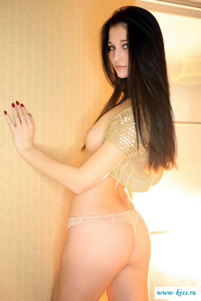 Голая деваха на лежанке с сочными щелками (21 фото)