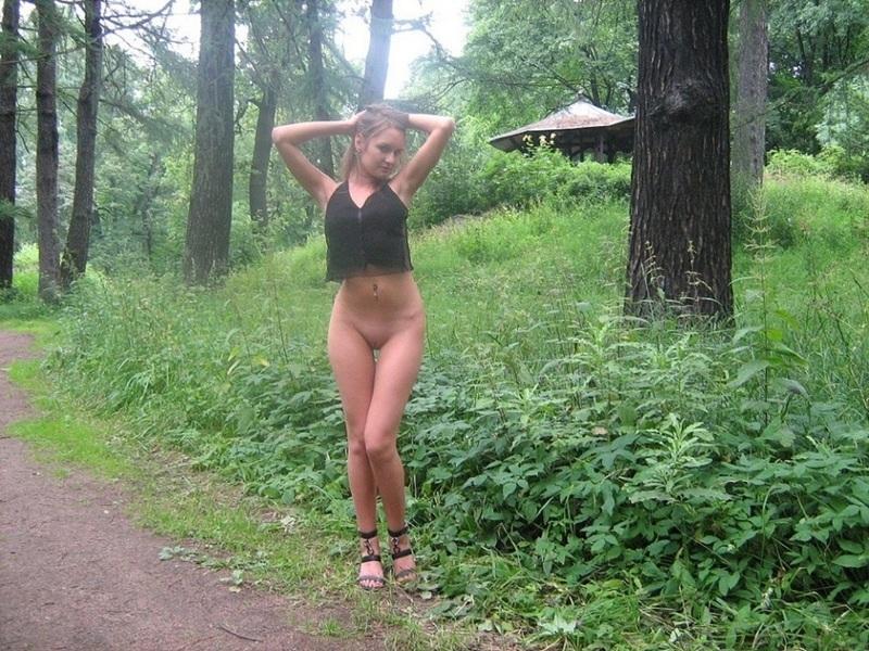 Худышка в городском парке хвастается писькой