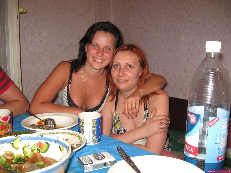 Во время пьянки пацаны лизали пилотку проституткам