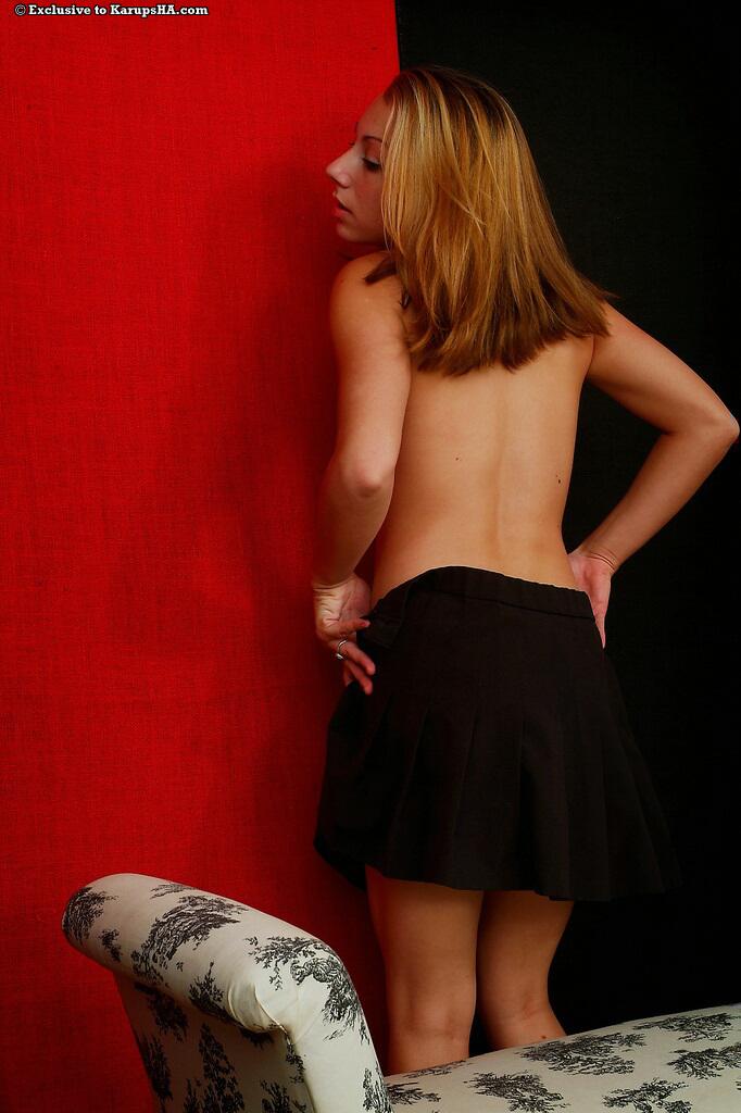 Возбужденная деваха Krista Devoe в черной мини-юбке сфотографировала свой розовый любовный туннель