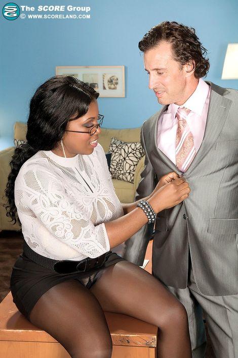Любовник задрал тетке юбке и увидел знойную вульву
