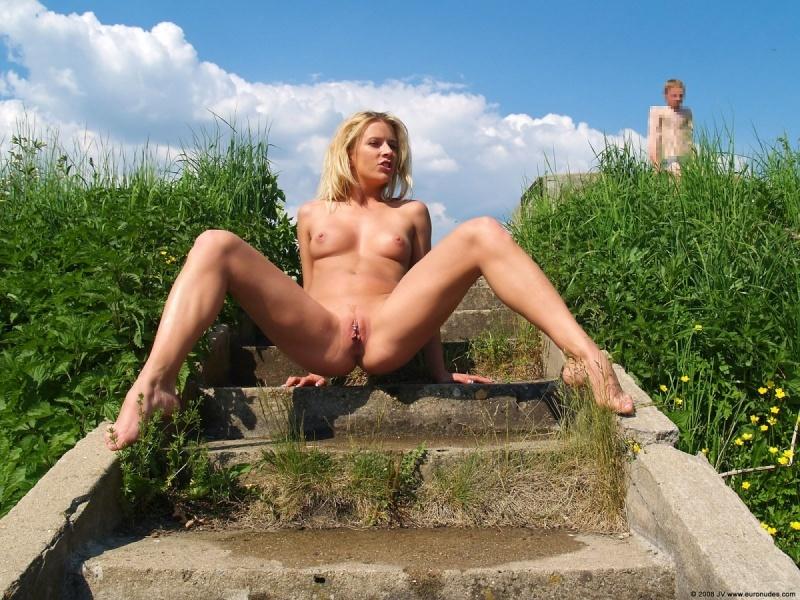 Марина в саду обнажила прелести