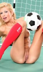 Голая девка развлекается в футбол