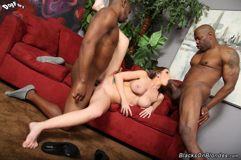 Игривая детка Brooklyn Chase трясет грудью и играет с двумя черными членами