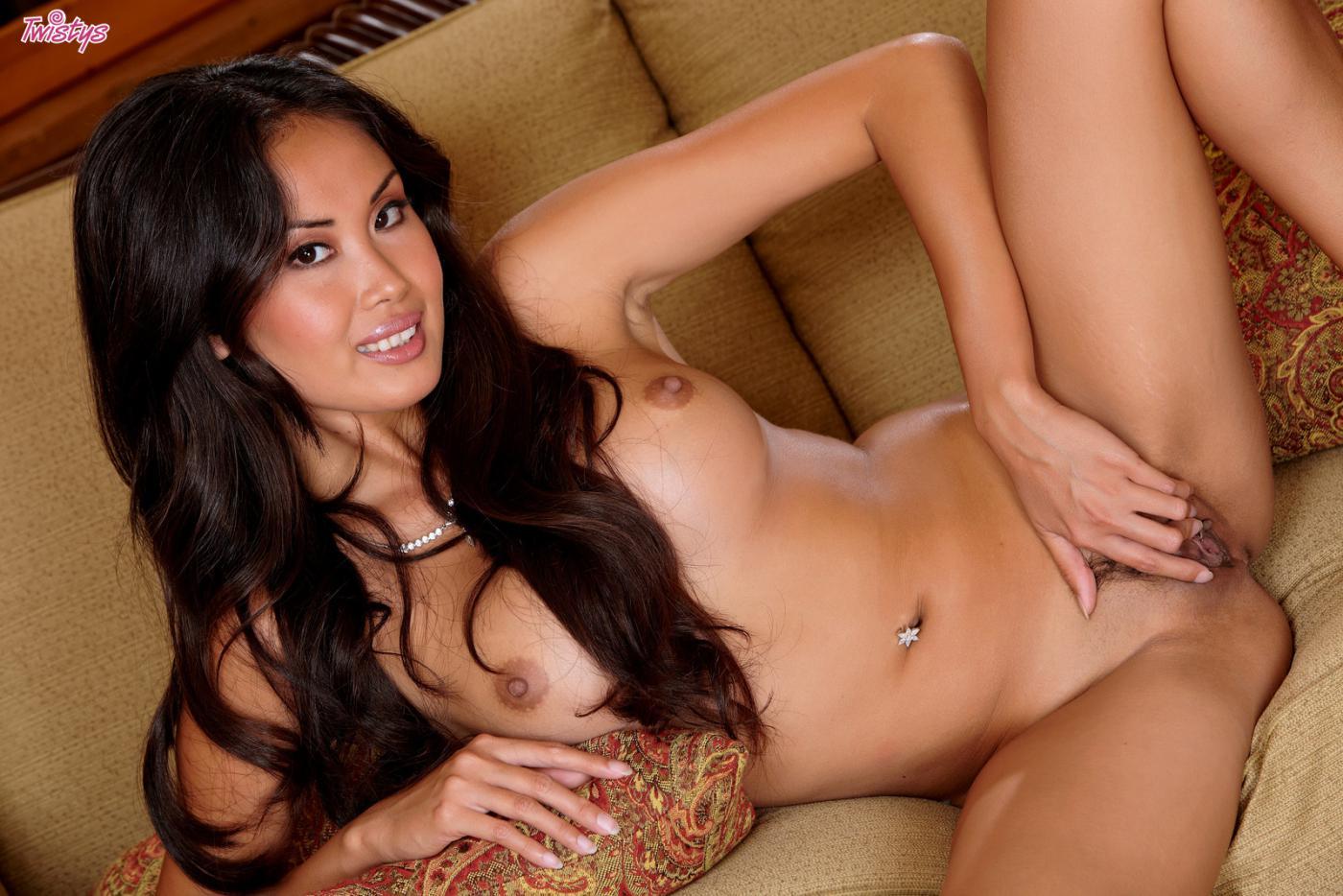 Азиатская красотка Davon Kim с привлекательными черными волосами снимает лифчик и теребонькает прибором свою экзотическую письку