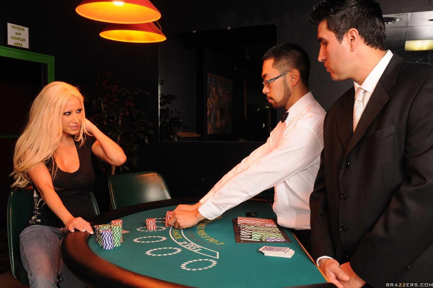 Возбуждающая детка с круглой жопой и большими дойками Gina Lynn главный приз в казино