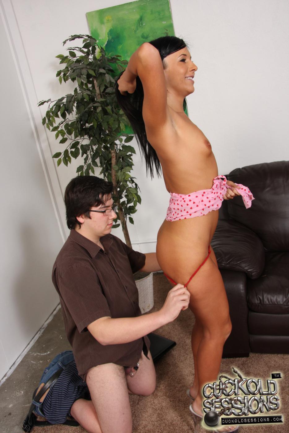 Крохотная чика Ashli Orion занимается сексом и ее поливают кончёй черные мужики на глазах у ее юношу