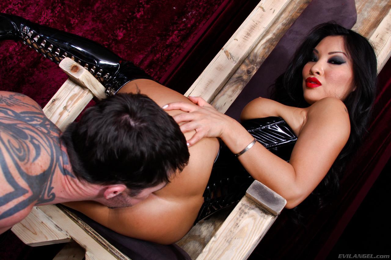 Похотливая соседка Asa Akira в латексе дает своему рабу подлизать себя и потрахать ее щелку жестко