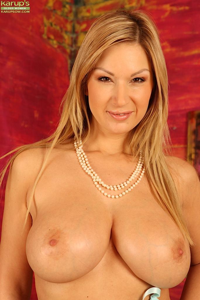 Огненная Carol Goldnerova обнажает свою розовую любовную дырку