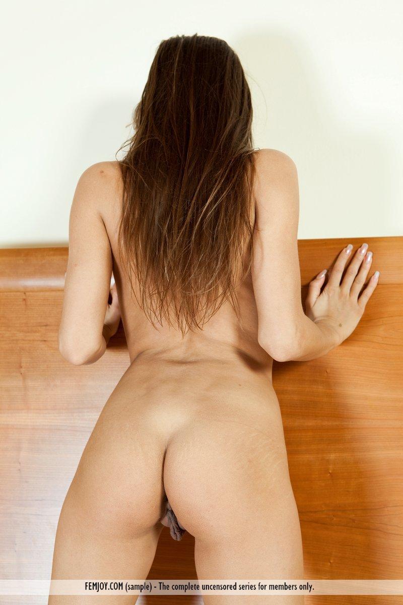 Милая детка Dominika C проводит время позируя обнаженной в лежанке