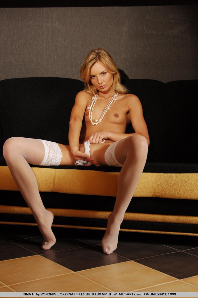 Непристойная молоденкая Inna F медленно снимает светлое белье и выставляет напоказ свое тело